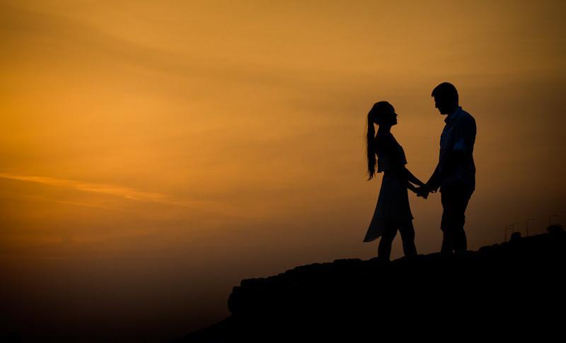 фото влюбленных на закате.