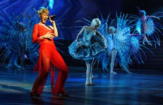 Селин Дион на сцене в красном платье