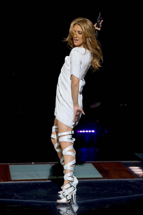 Селин Дион на сцене в белом платье