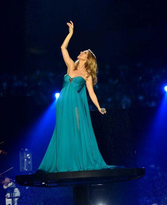 Селин Дион выступает в Колизее в Caesar Palace в Лас-Вегасе в голубом платье