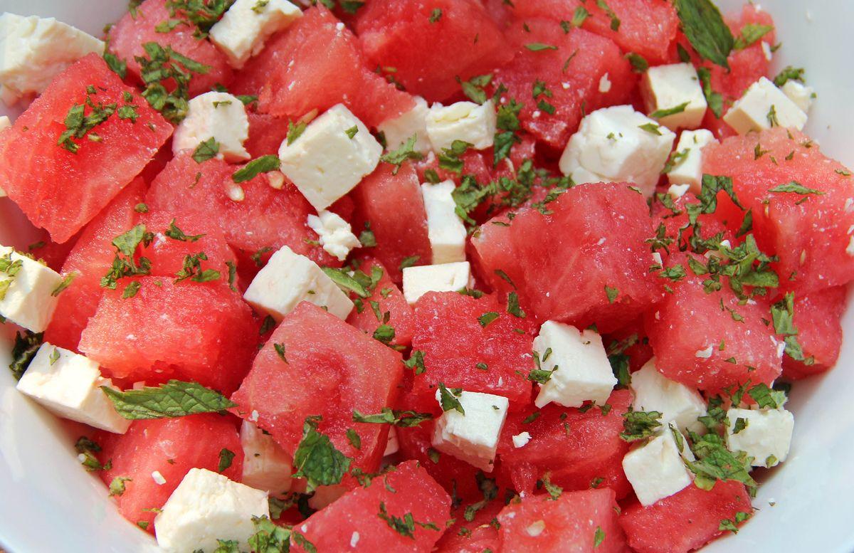 Летний греческий салат с арбузом и фетой