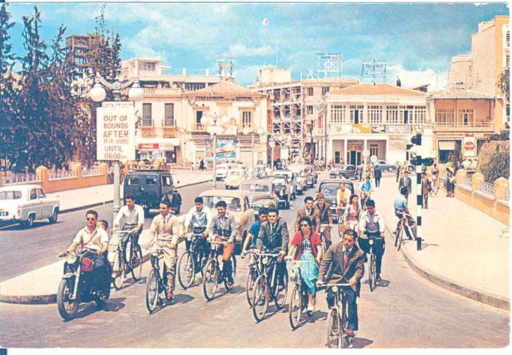 Площадь Свободы (Элефтериас) Никосия 1945 первые женщины на велосипеде