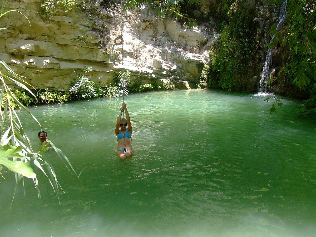 Катание на тарзанке в изумрудных водах купальни, Бани Адониса