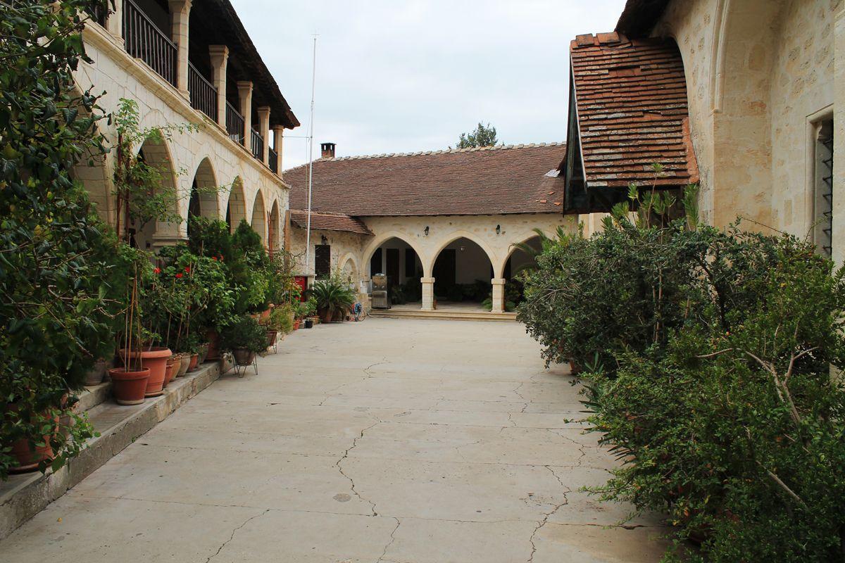 Двор Монастыря Богородицы Хрисороятиссы