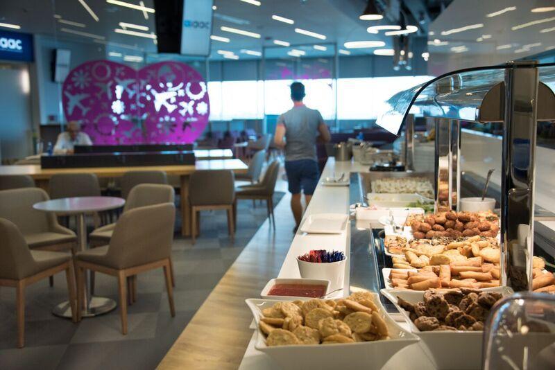 Еда в Lounge Aspire бизнес-класса в аэропорту Ларнака
