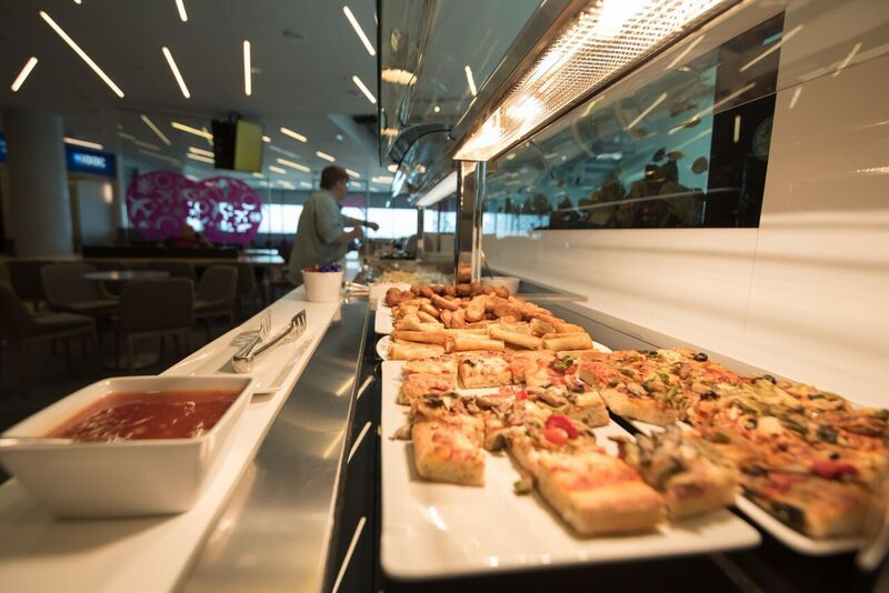 Горячая еда в Lounge Aspire бизнес-класса в аэропорту Ларнака