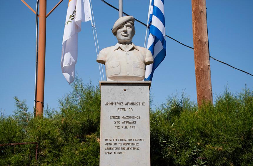Статуя героя Димитриса Арминиотиса в Тримиклини